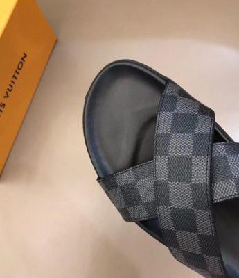 Dép Louis Vuitton nam like auth quai chéo caro ghi đen DLV02