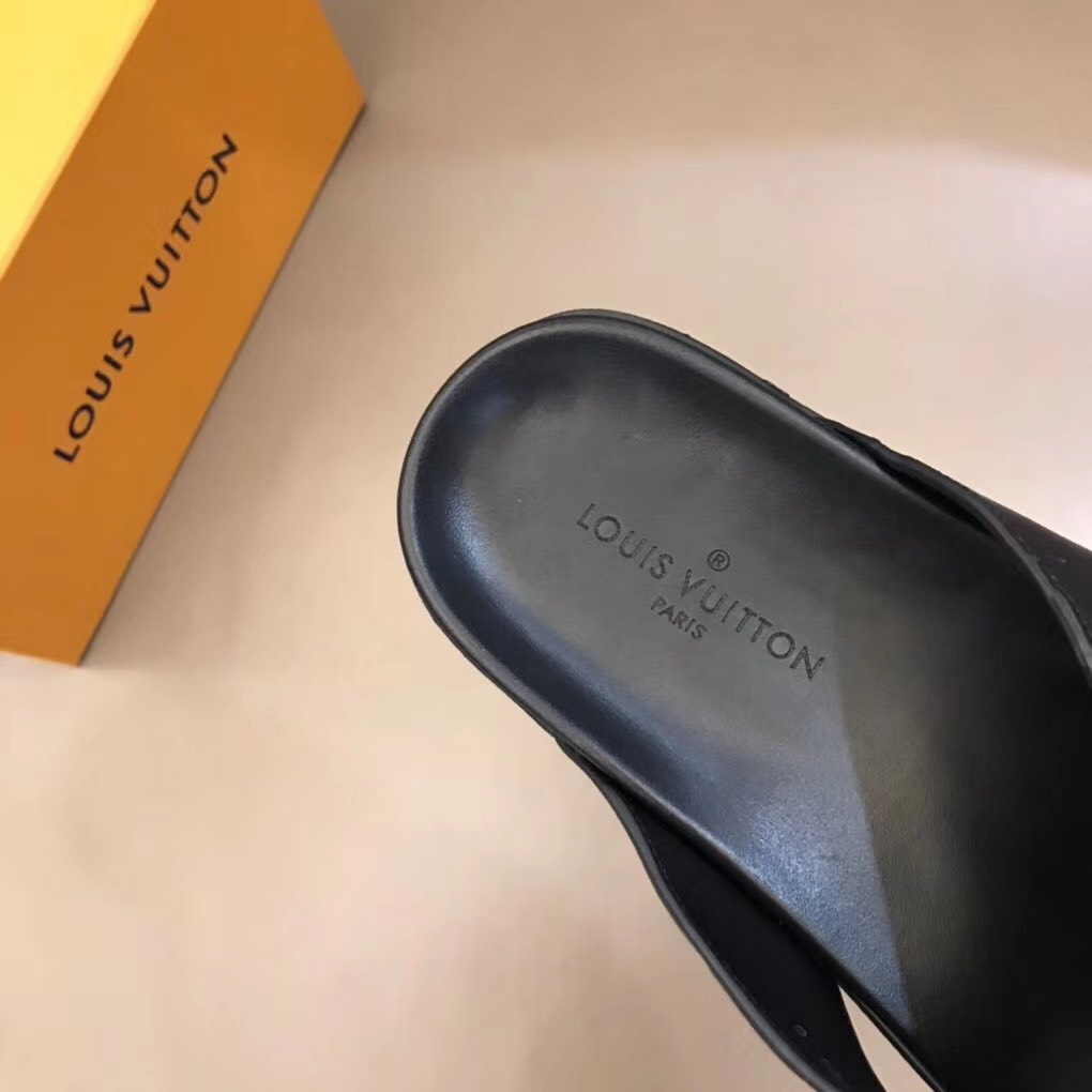 Dép Louis Vuitton nam like auth xỏ ngón hoạ tiết chìm DLV15