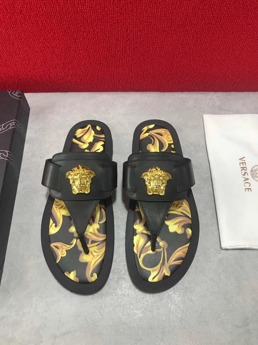 Dép Versace nam siêu cấp xỏ ngón hoạ tiết đen vàng DVS13