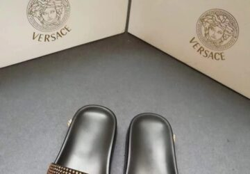 Dép nam Versace siêu cấp quai ngang hoạ tiết logo đính đá đế đen DVS21